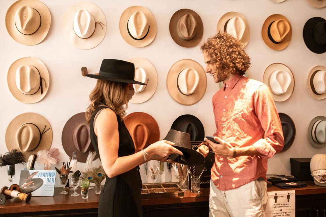 Мужчина и женщина выбирают шляпу
