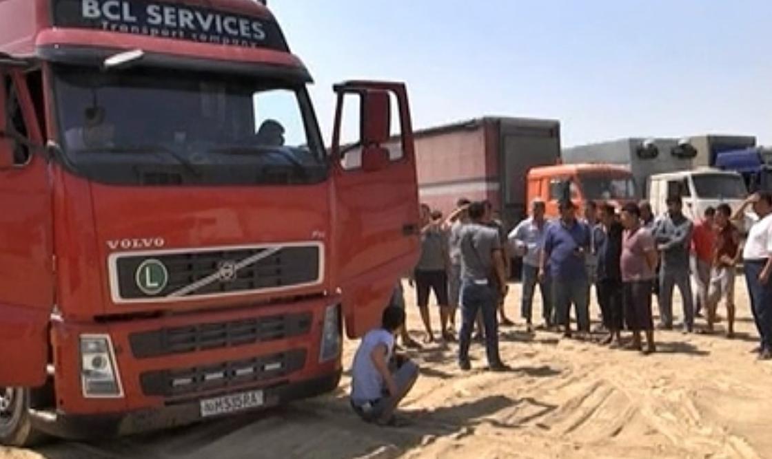 """""""Ни помыться, ни покушать"""": большегрузы по трое суток стоят на границе с Узбекистаном"""