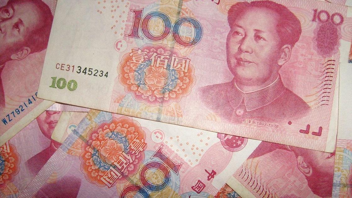 Несколько купюр по 100 юаней
