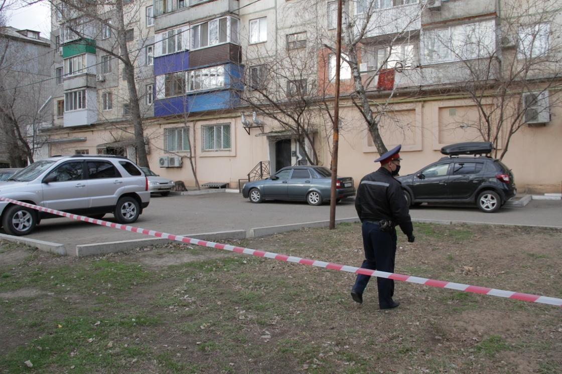 Оцепили многоэтажку: тело мужчины нашли в съемной квартире в Уральске
