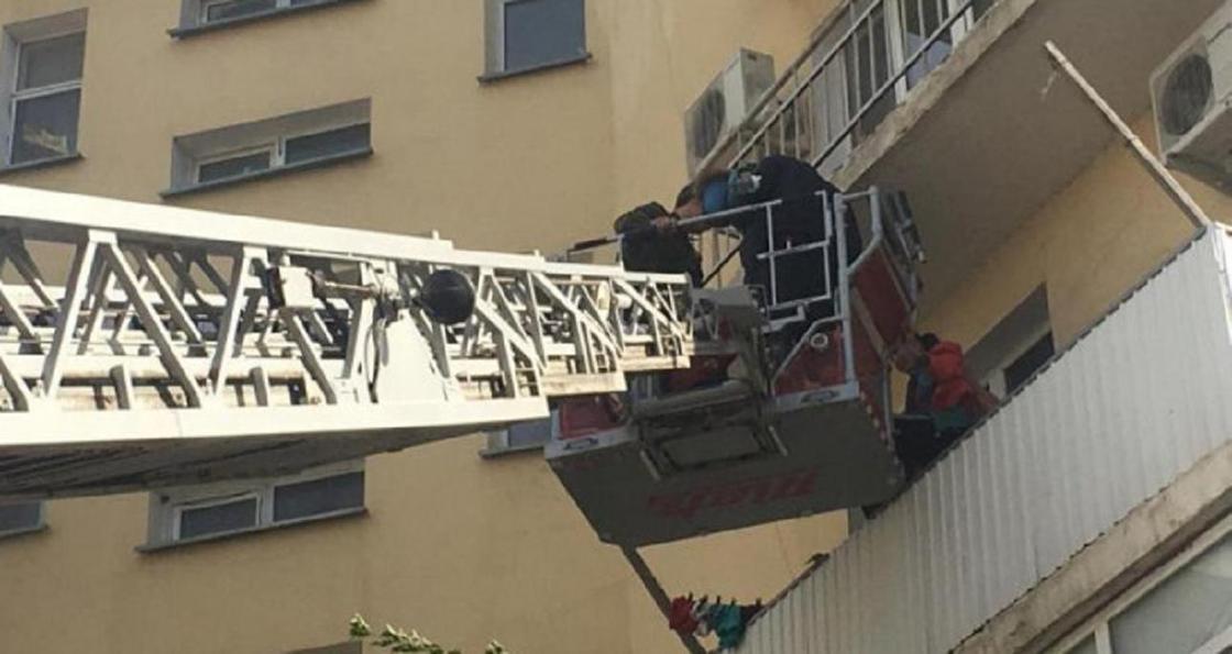 18 человек спасли от пожара в Атырау (фото)