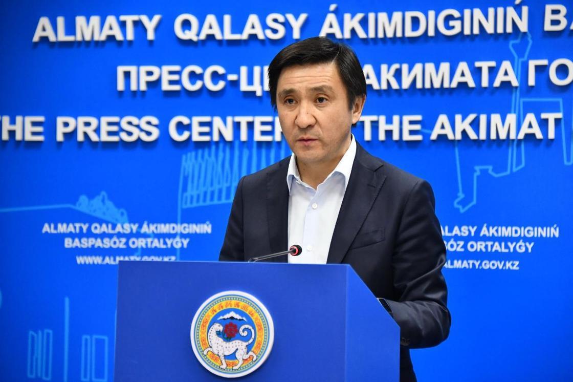 Замакима Алматы оправдался, почему не надел маску на брифинг
