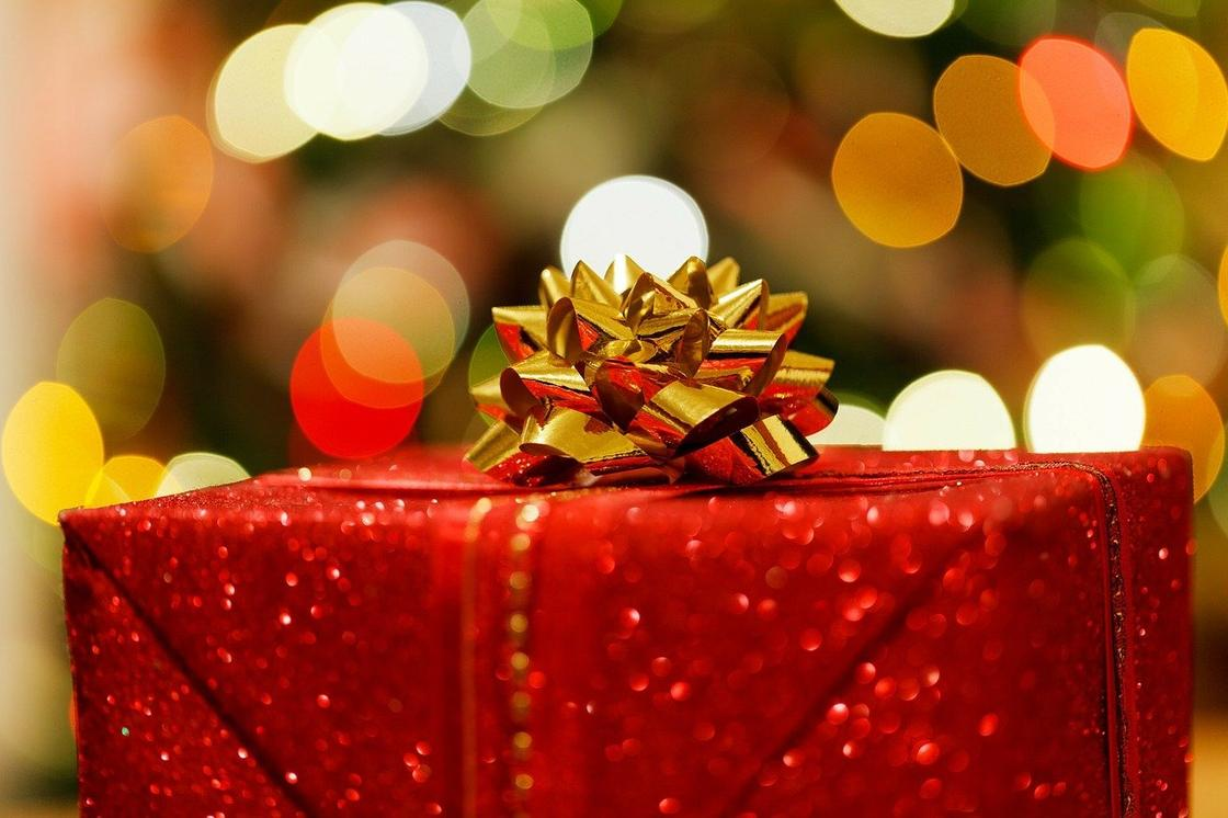 Новогодний подарок в красной подарочной бумаге