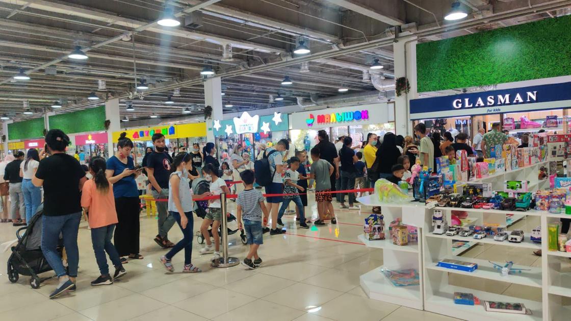 Очередь за школьной формой в Алматы