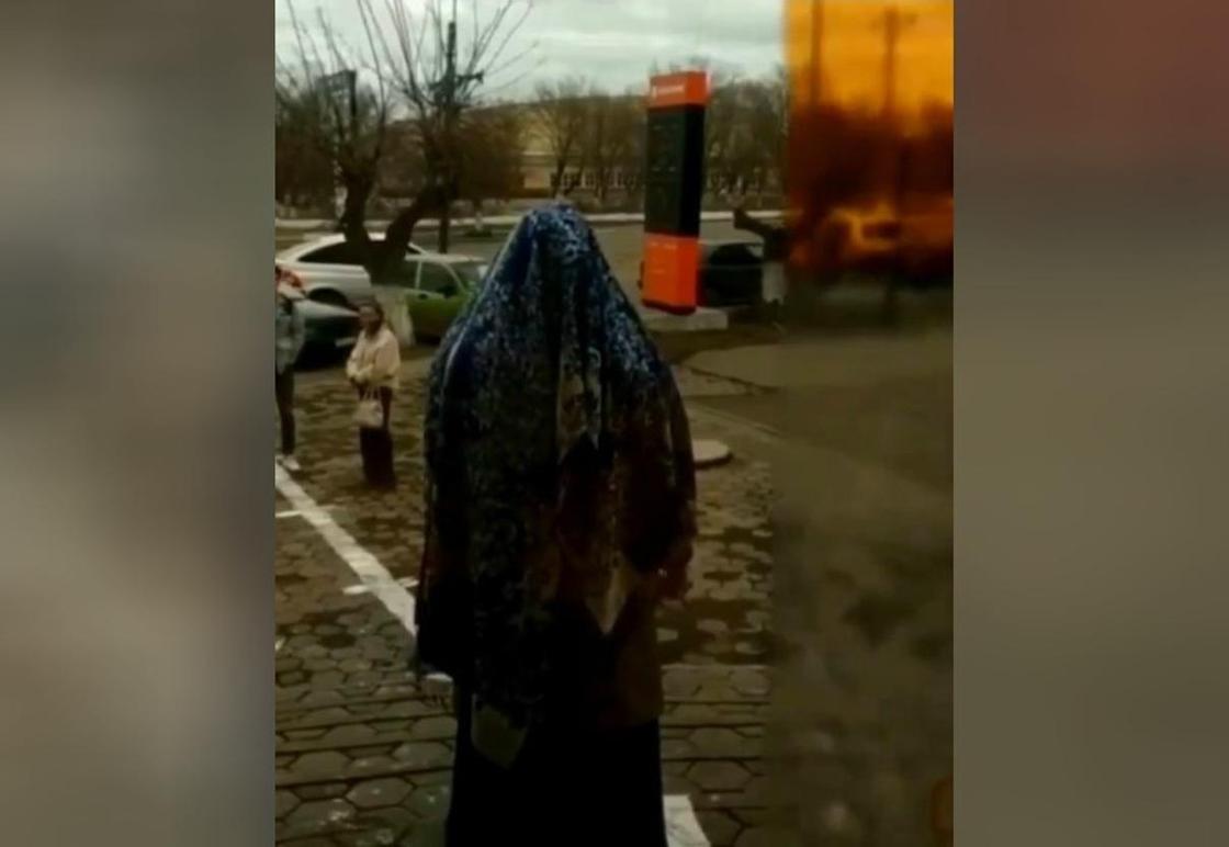 Странный ритуал с ножом устроила женщина, которую не пустили в банк в Темиртау (видео)