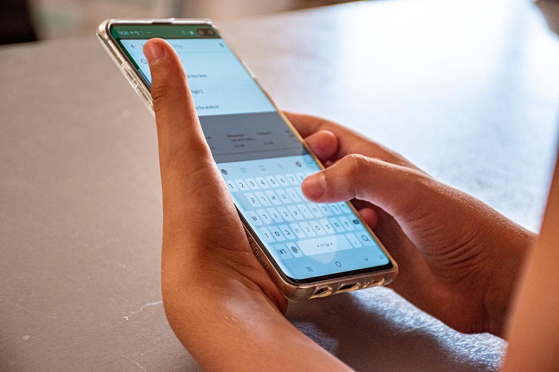 Набирают текст на телефоне