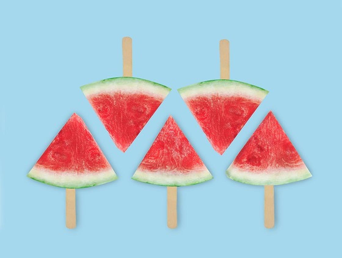 Кусочки арбуза на палочках