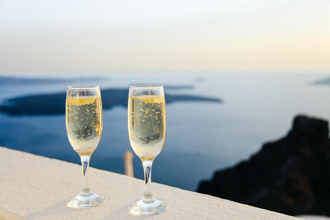 Шампанское в двух бокалах