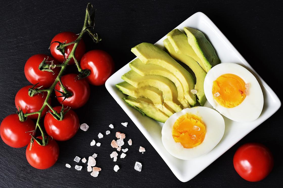 Помидоры черри, авокадо, вареное яйцо