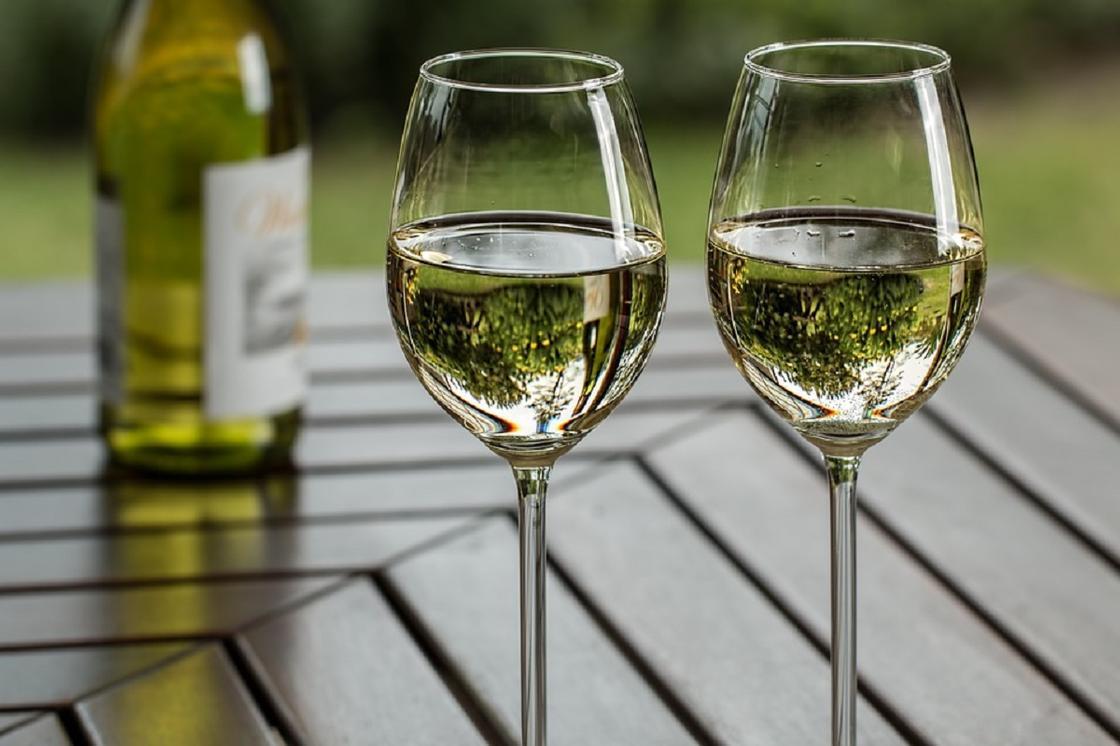 Белое вино в двух бокалах