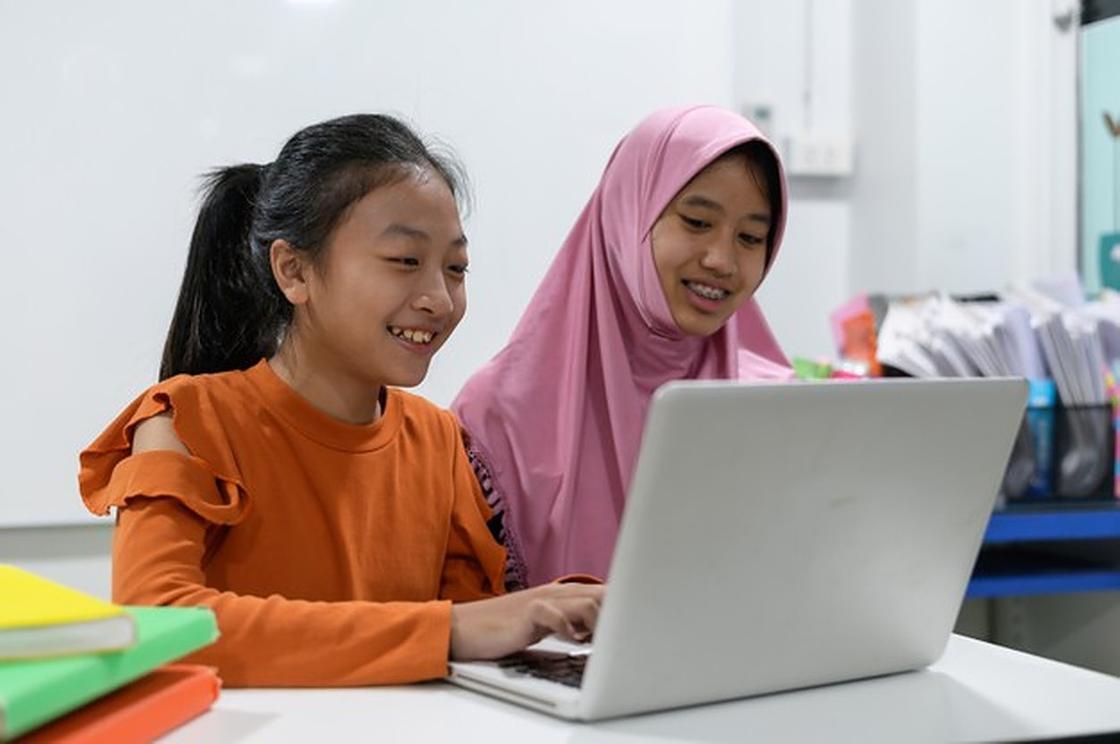 Две девочки за ноутбуком