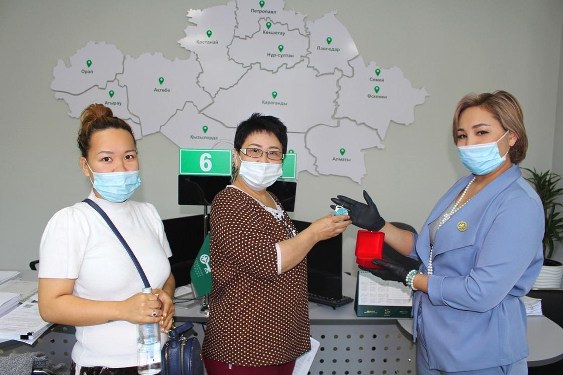 «Нурлы жер» в Алматы: ключи от квартир получили 288 медработников и преподавателей