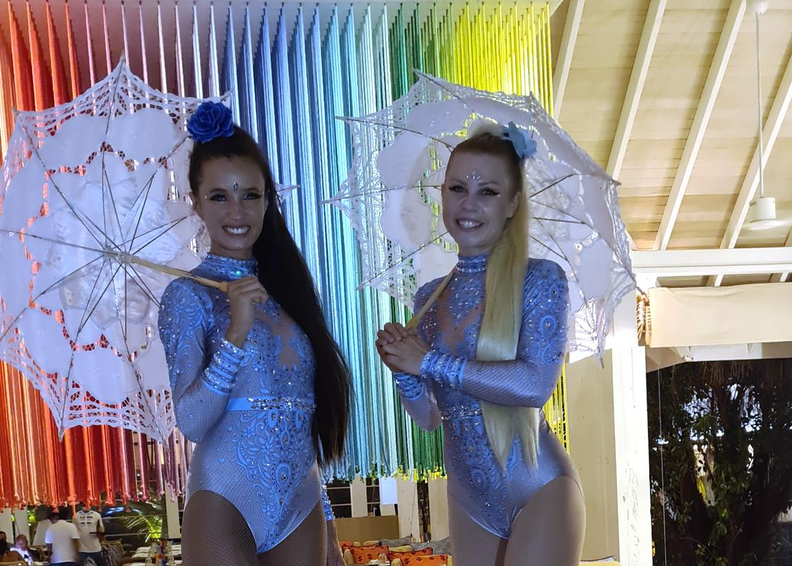 Девушки, выполняющие цирковые трюки