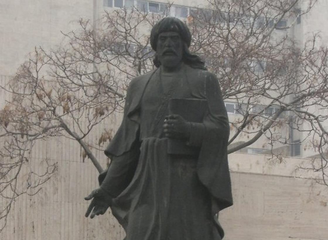 Памятник Ибн Сине в Анкаре