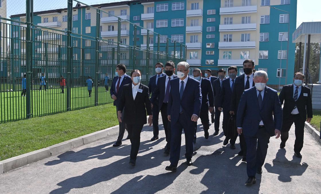 Касым-Жомарт Токаев в сопровождении акима Жамбылской области Бердибека Сапарбаева