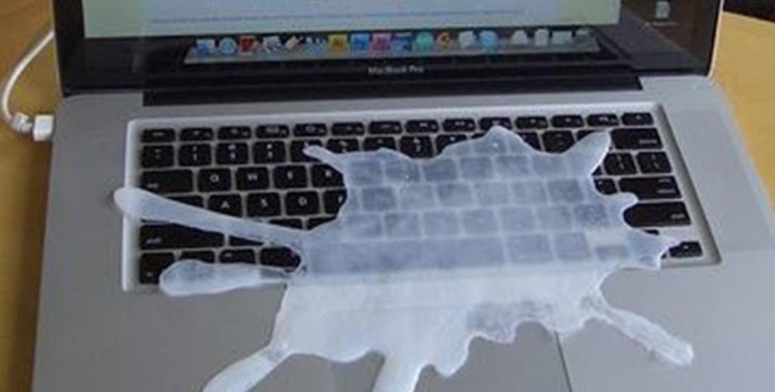 Клякса на клавиатуре ноутбука