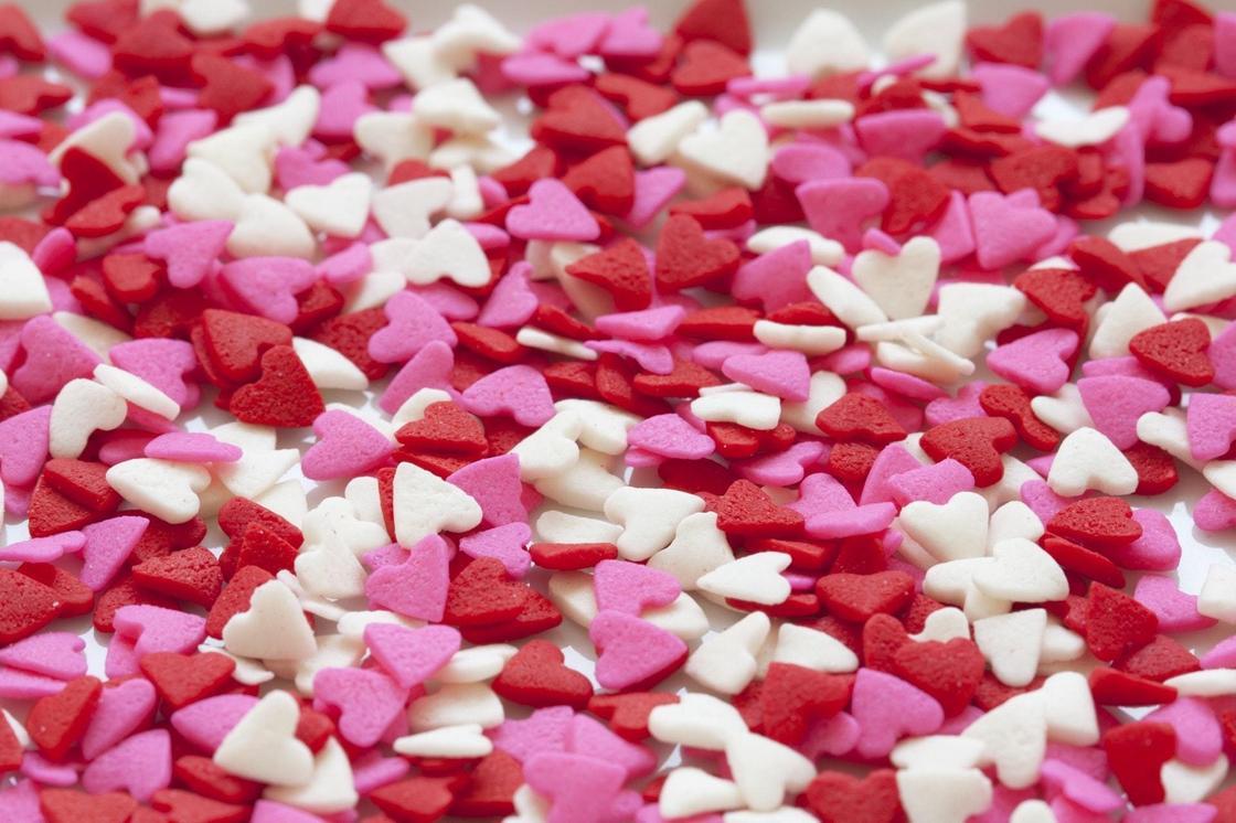 Много красных, белых и розовых сердечек