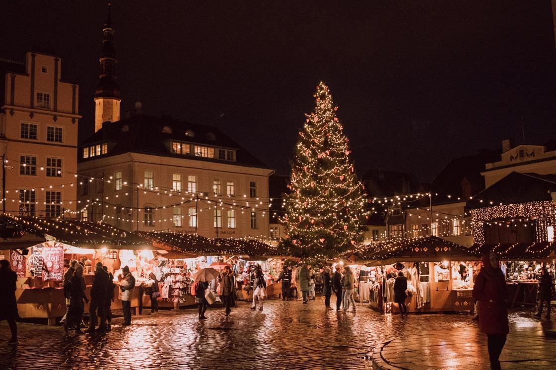 рождественская елка и ярмарка на площади