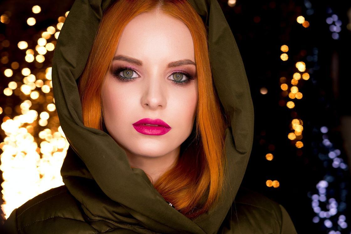 Рыжеволосая девушка в капюшоне
