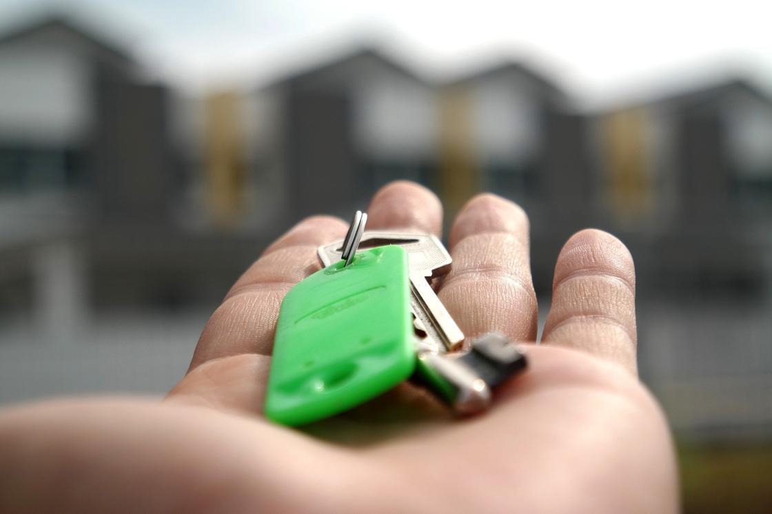 Связка ключей на руке