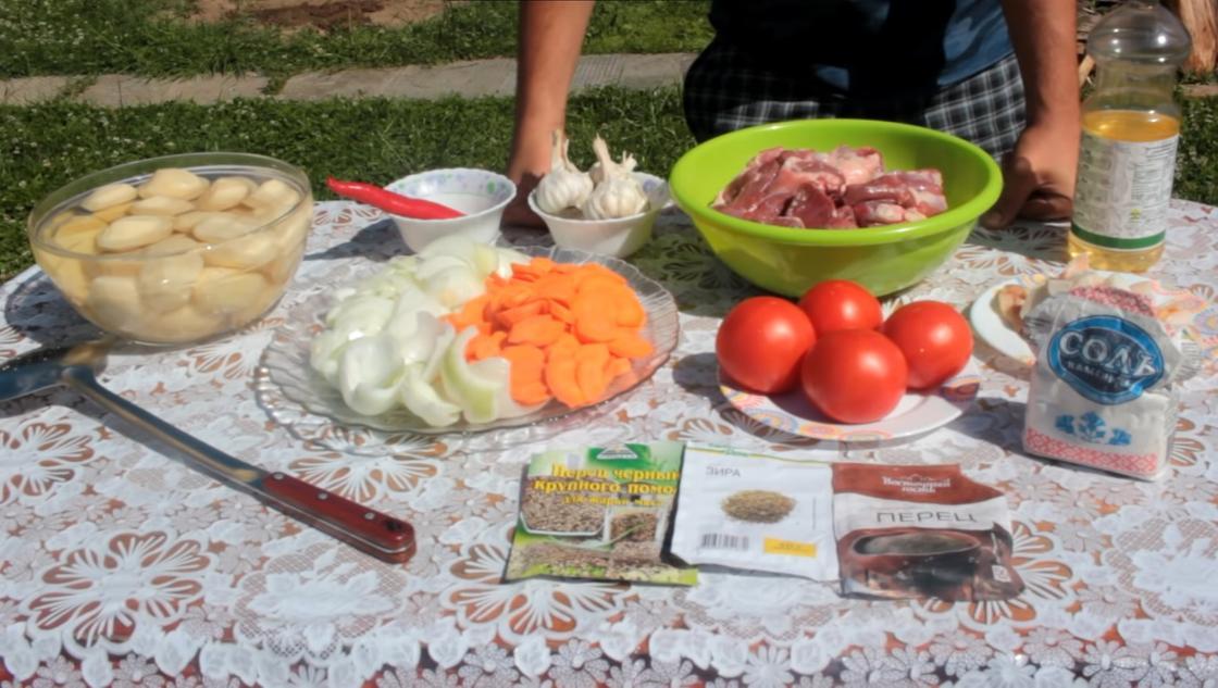 Продукты: овощи, мясо и приправы на столе