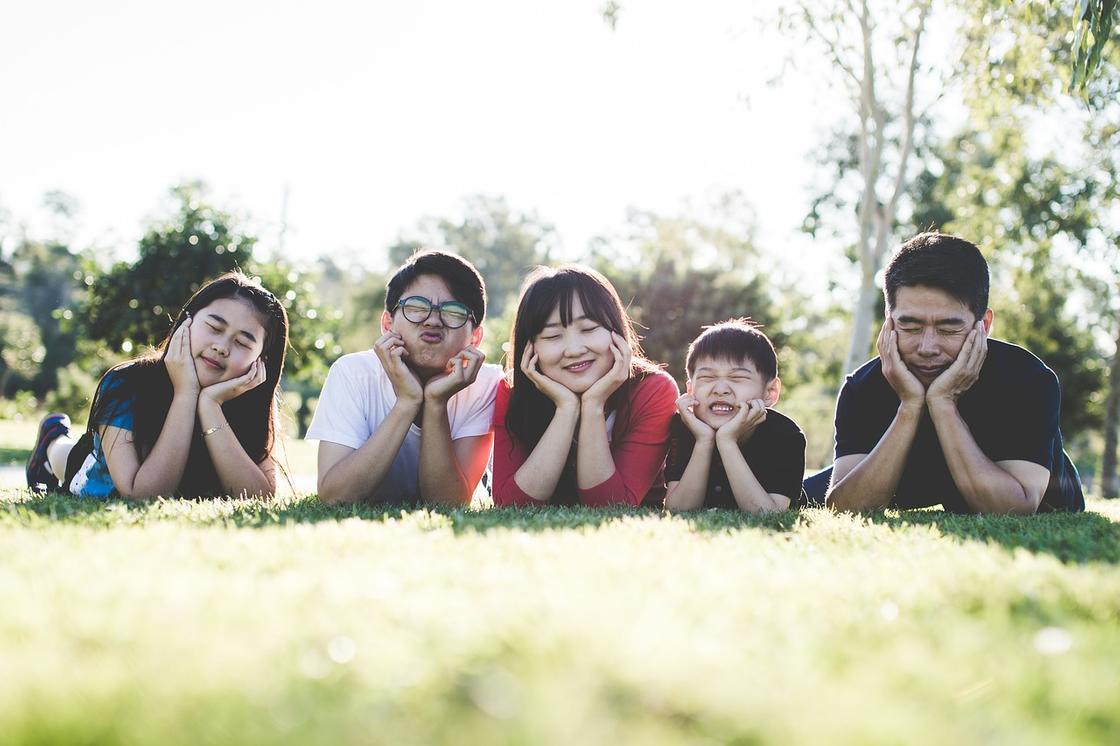 Семья лежит в траве