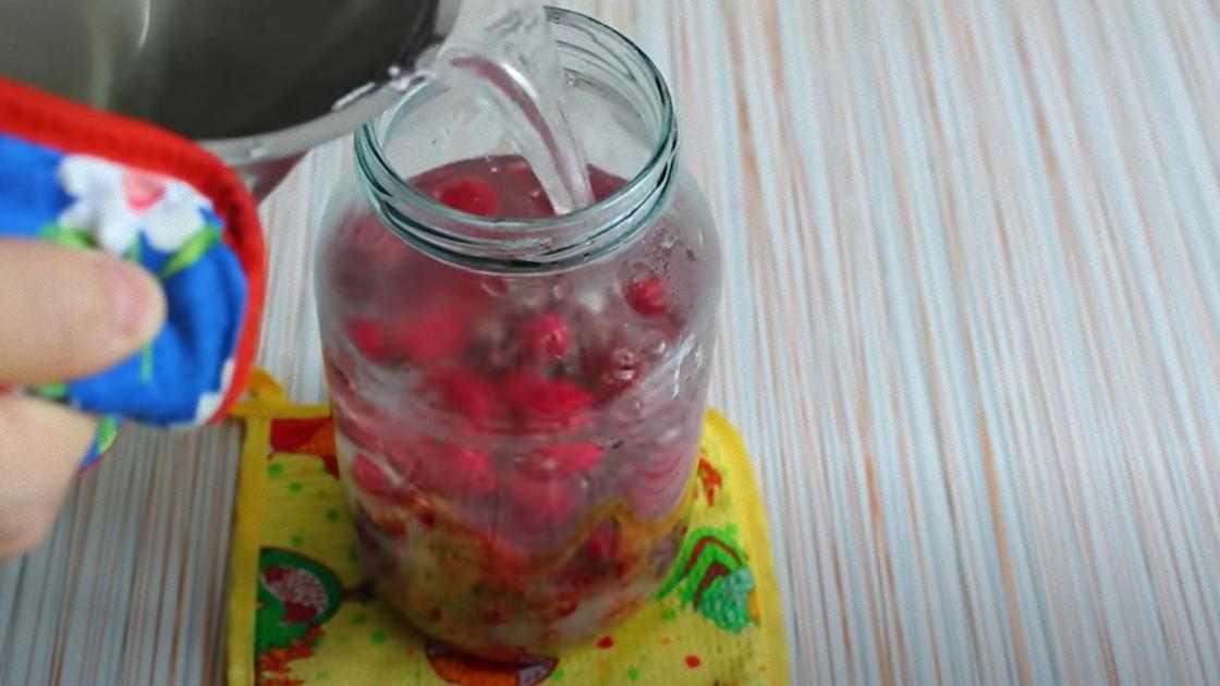 В банку с ягодами заливают воду