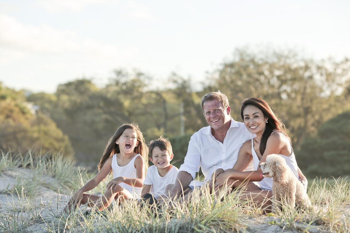 Семья сидит на траве