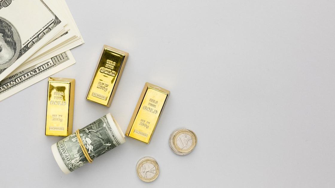 Слитки золота, монеты и банкнота