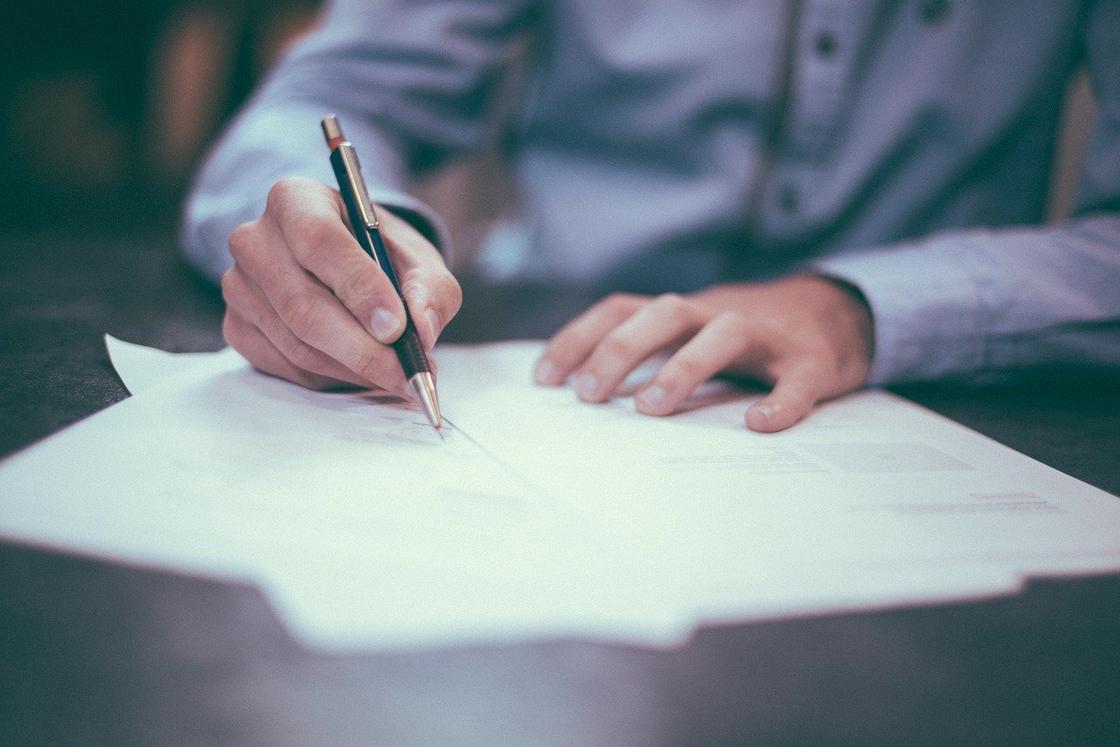 Человек пишет, руки, ручка