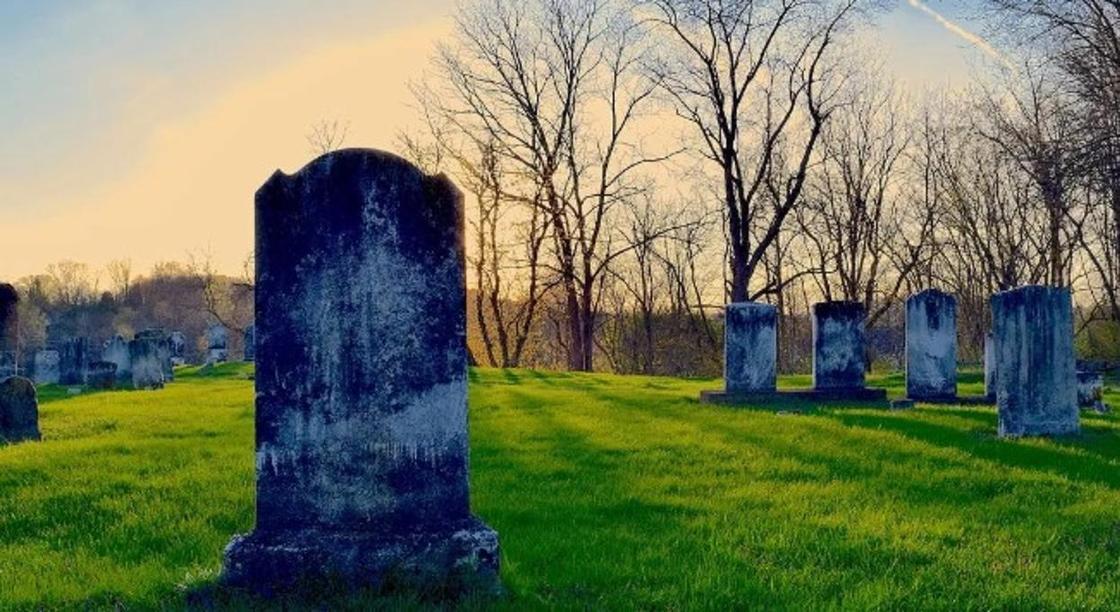 Женщина подала в суд на кладбище из-за засосавшей ее могилы