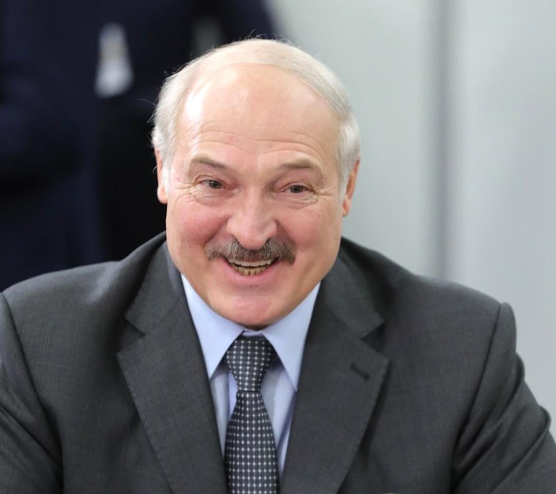 Лукашенко вышел на интервью босиком в знак уважения труда уборщиц