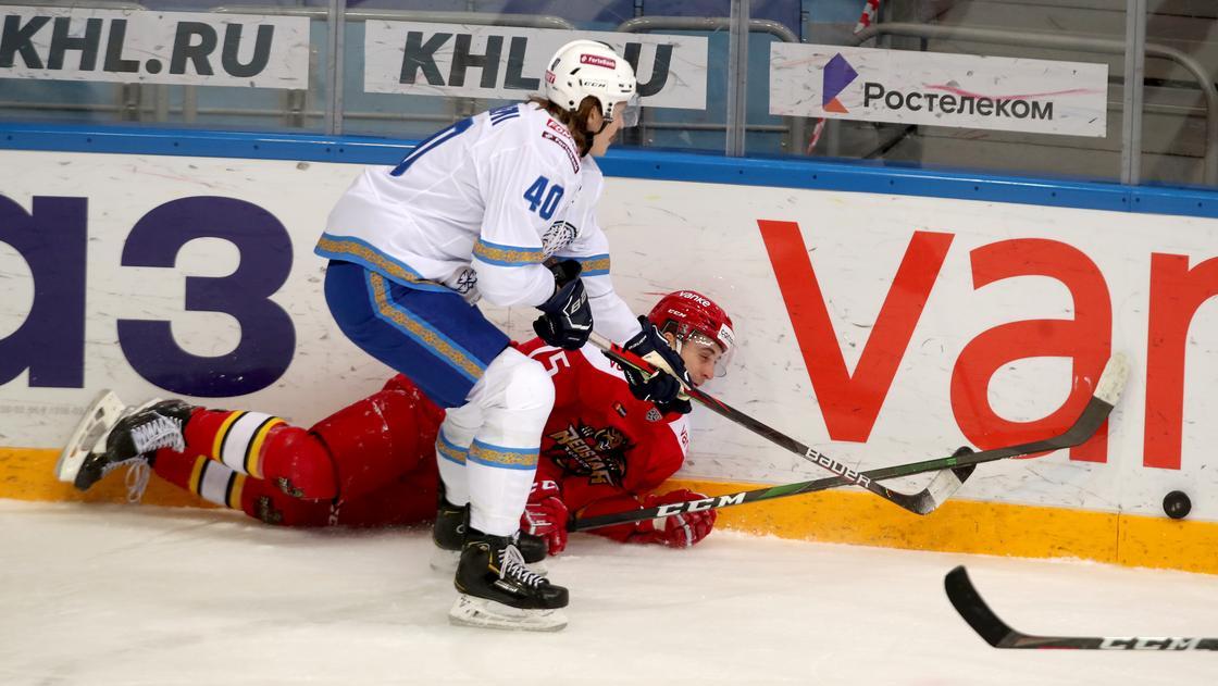 "Хоккеисты ""Барыса"" и ""Куньлунь Ред Стар"" на льду"