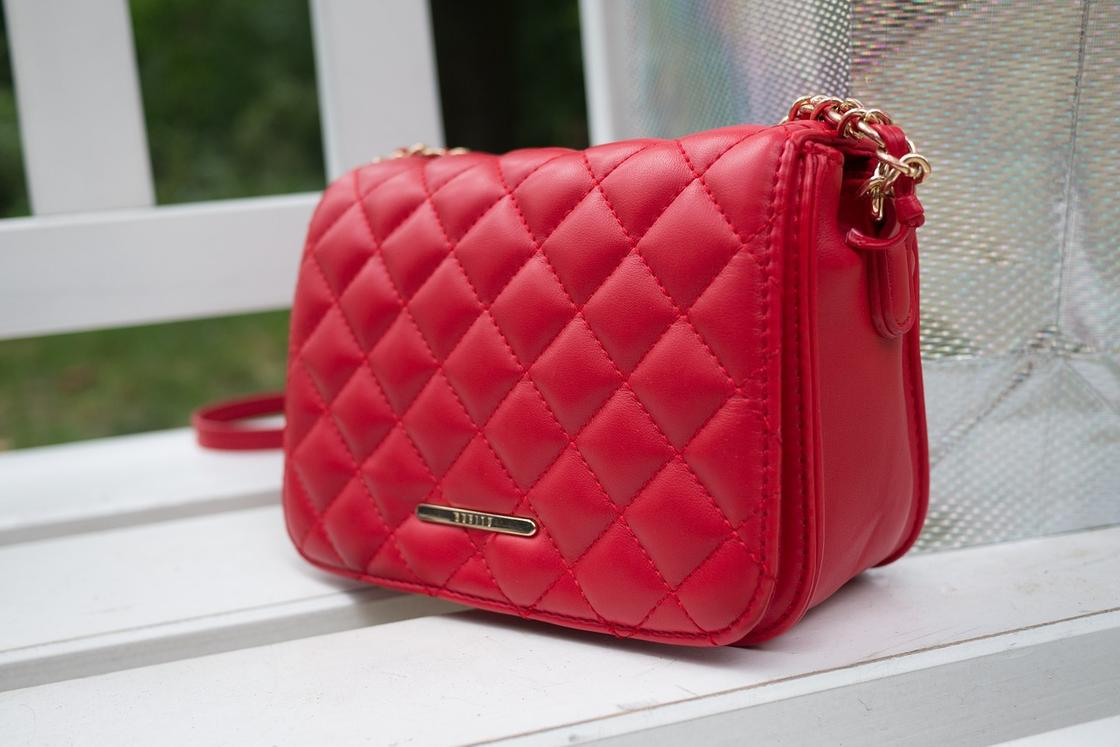 Красивая красная сумочка