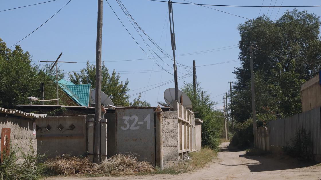 Узкая дорога пролегает между домами