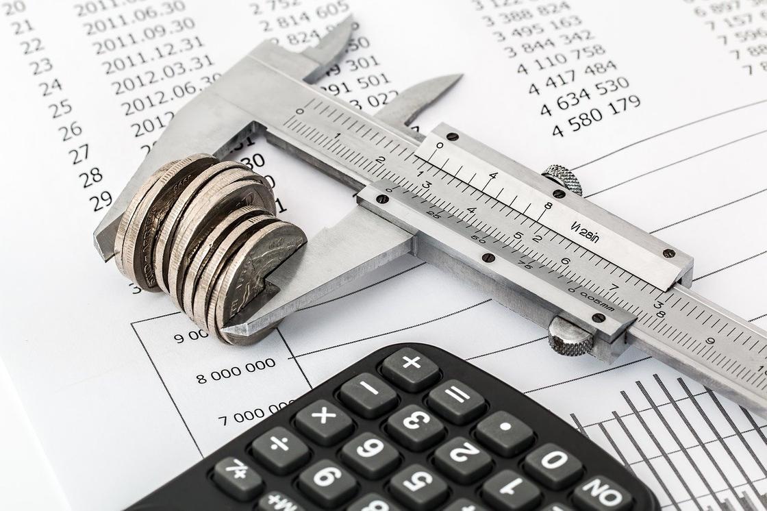 Монеты, штангенциркуль и калькулятор
