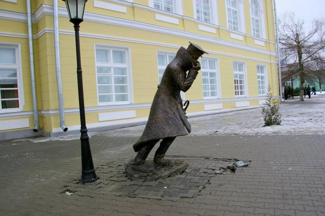 Скульптура «Человеку в футляре»