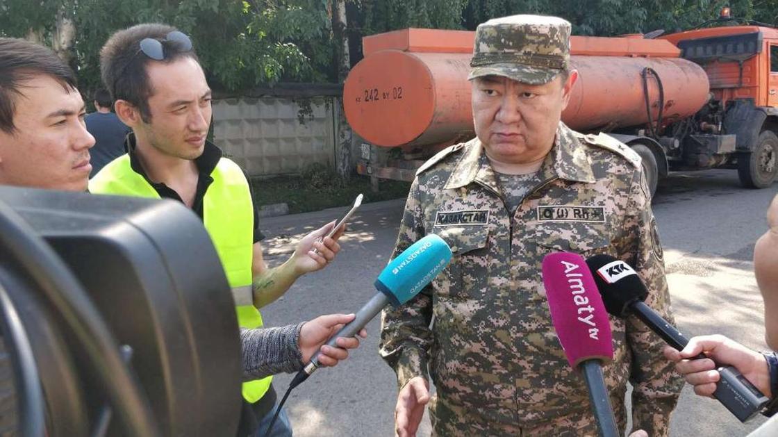 Крупный пожар в Алматы: огонь распространился очень быстро (фото, видео)