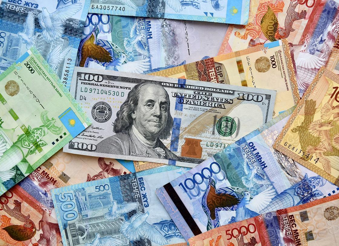 Сто долларов лежат среди тенге