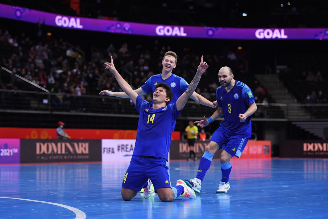 Дуглас празднует победный гол в ворота Португалии