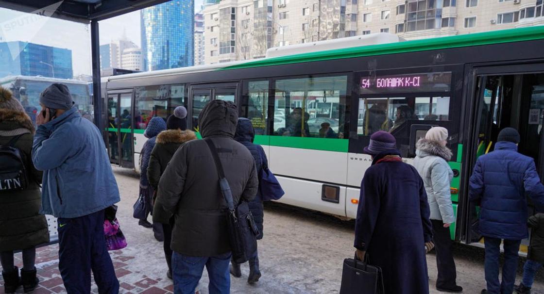 Нұр-Сұлтанда ашуға булыққан жұрт автобусты қоршап алды (видео)
