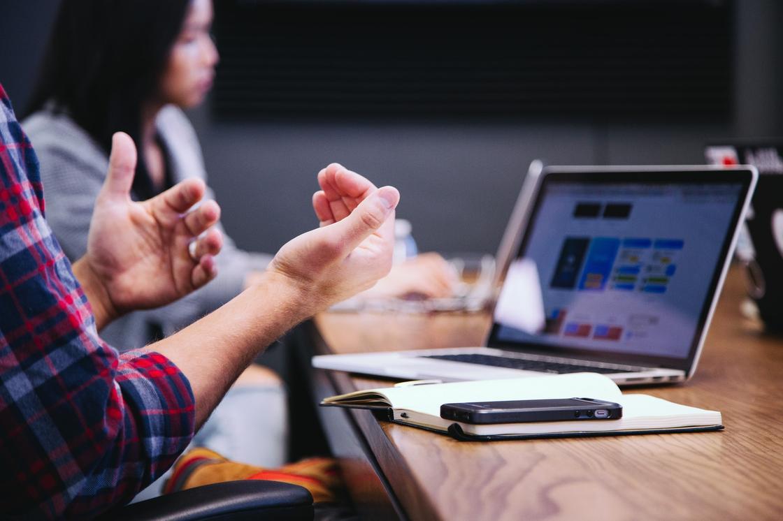HR-менеджера объясняет новичку его обязанности