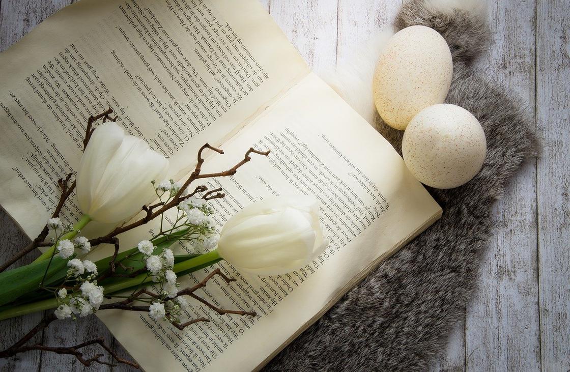 Книга, цветы, пасхальные яйца