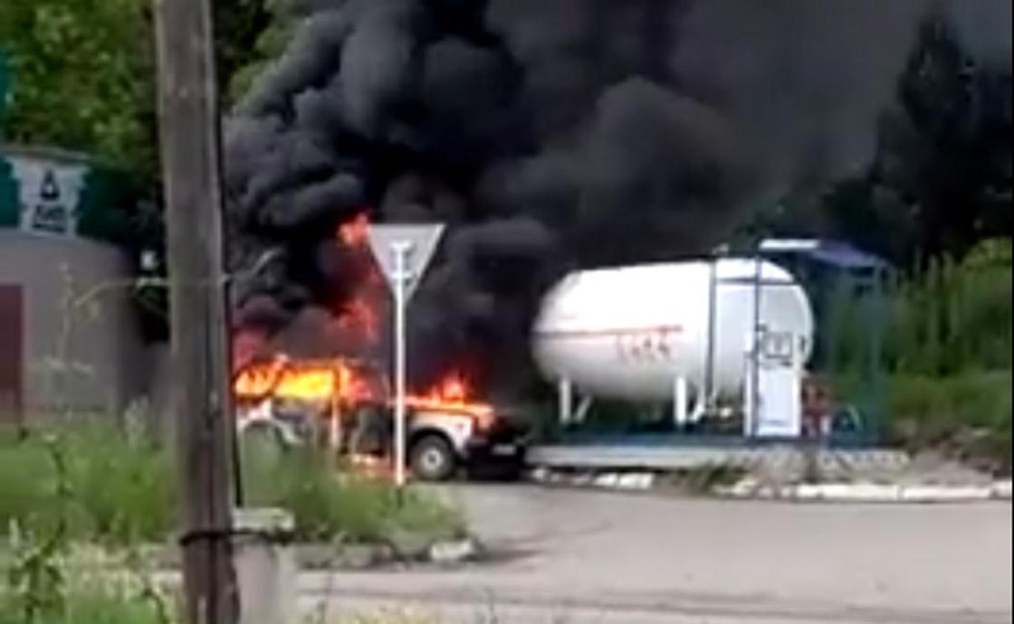 Автомобиль полностью сгорел на заправке в ВКО (видео)