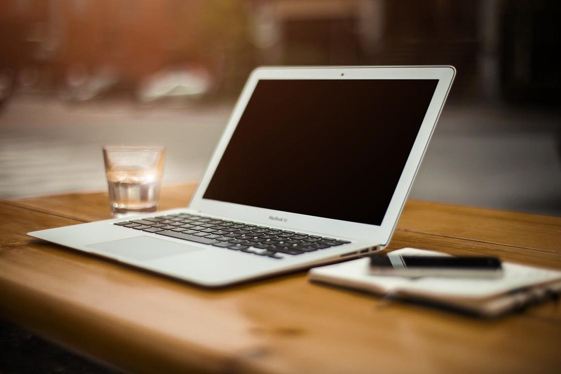 Лэптоп на столе