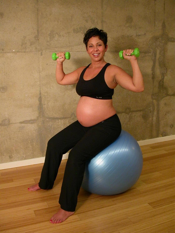 Фитнес для беременных: лучшие упражнения и советы