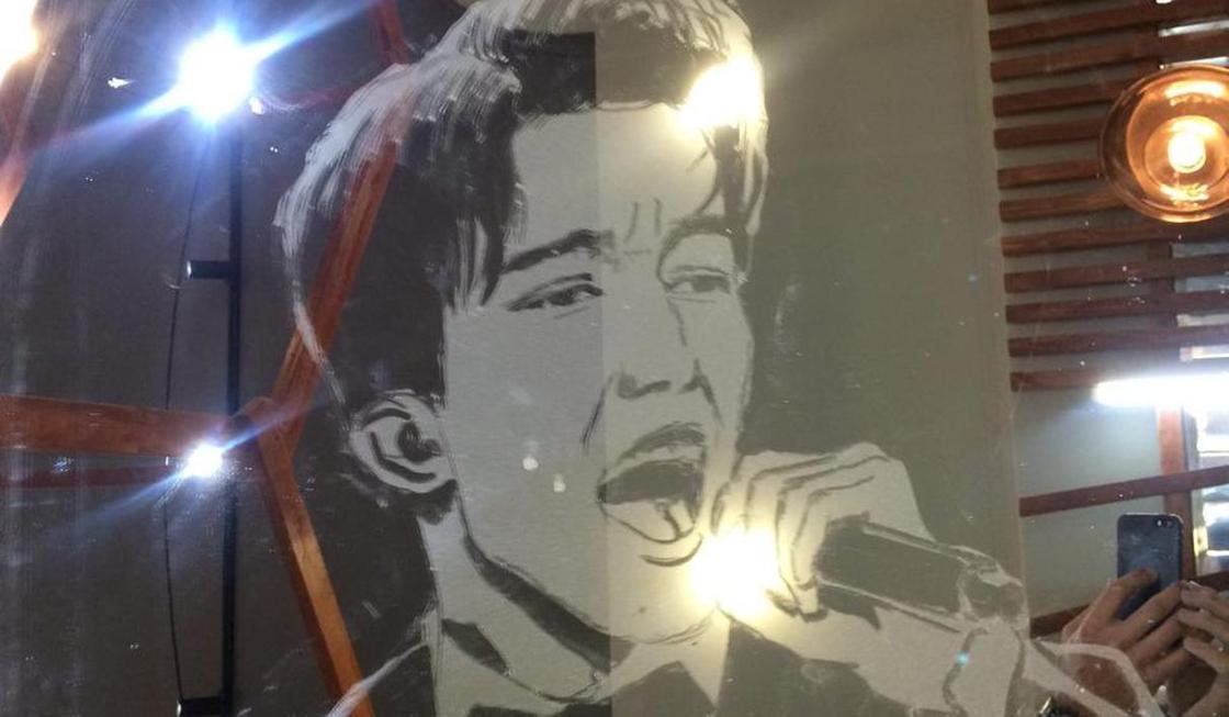 Алматинец нарисовал портрет Димаша Кудайбергена на пыльном зеркале (видео)