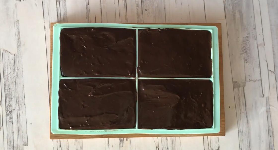 Готовый домашний шоколад в формочках на столе