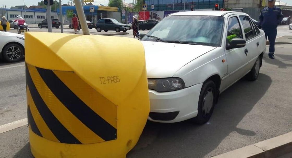 Водитель врезался в знак из-за сердечного приступа и скончался в Алматы (фото)