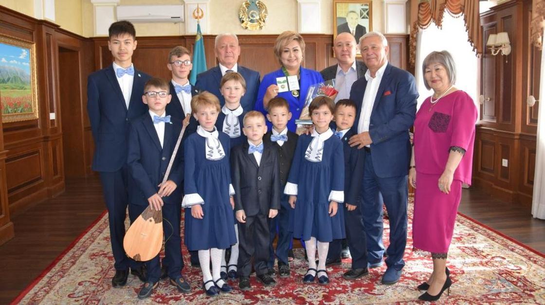 Жительнице Алматинской области вручили международный орден «Мehriban Ana»